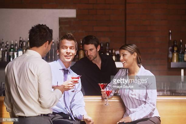 Collègues dans un bar