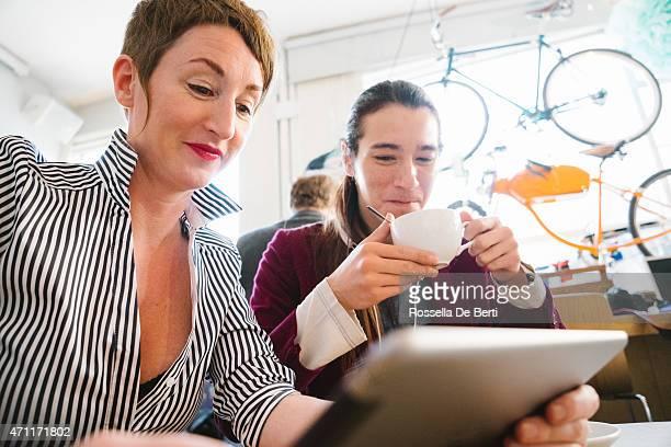 Colleghi In un café con Digital Tablet