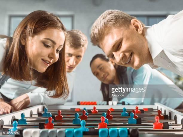 Collègues au Bureau s'apprêtent à jouer le jeu de football/kicker de table