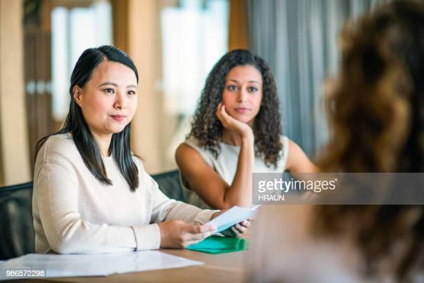 Collègues, regardant la femme d'affaires au cours de la réunion