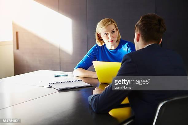 colleagues sitting at desk having meeting - geld verdienen stock-fotos und bilder