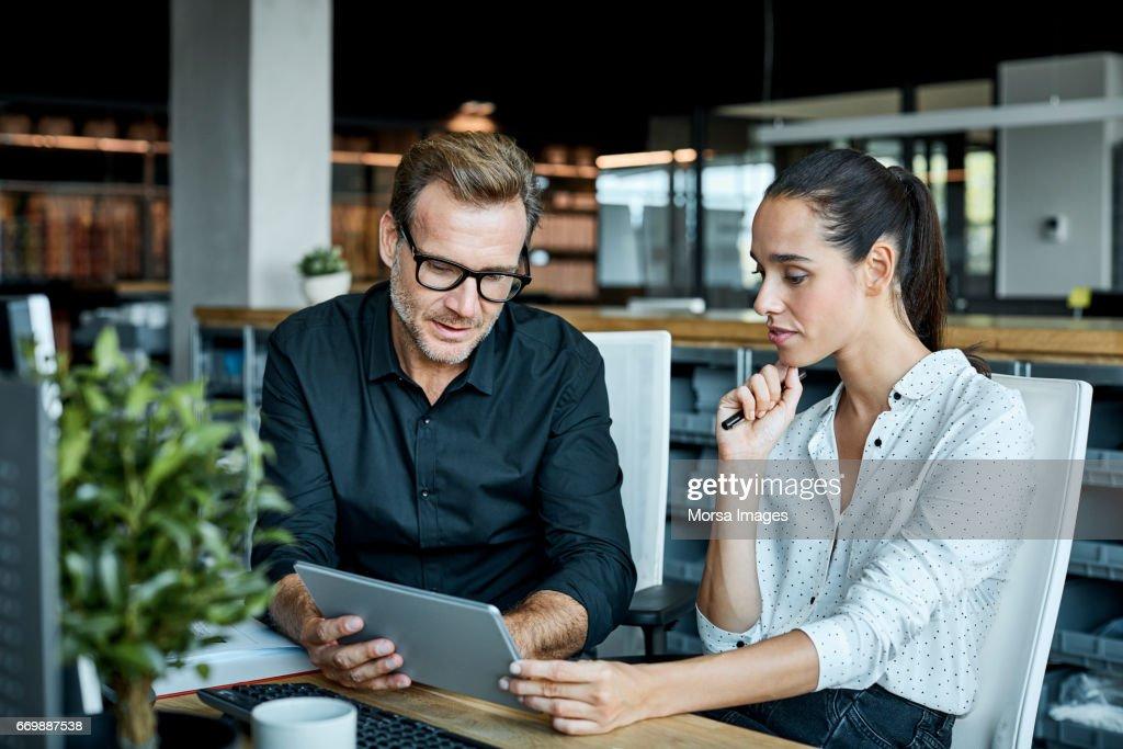 Collega's met tablet PC in textielfabriek : Stockfoto