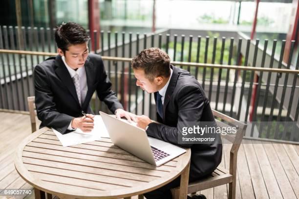 机で一緒に取り組む仲間