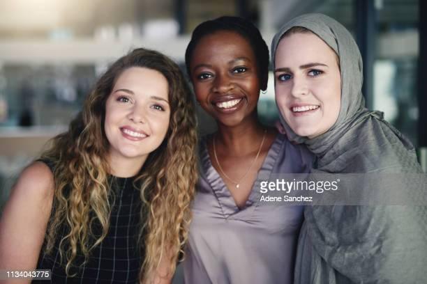 友達に電話をかけることができる同僚 - diverse women ストックフォトと画像