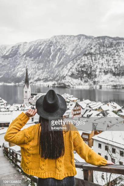 het verzamelen van haar gedachten in winter stad - hallstatt stockfoto's en -beelden