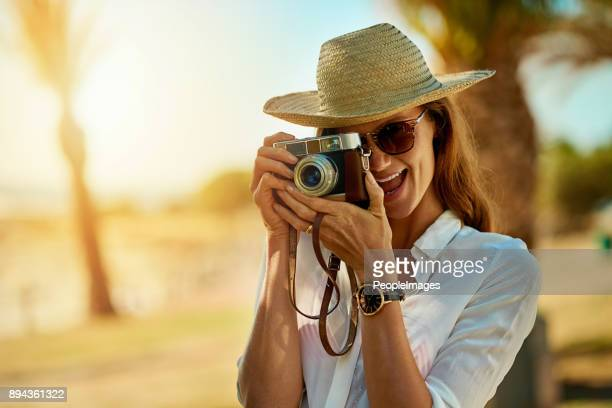 het verzamelen van snapshots van de zomer - mid adult men stockfoto's en -beelden