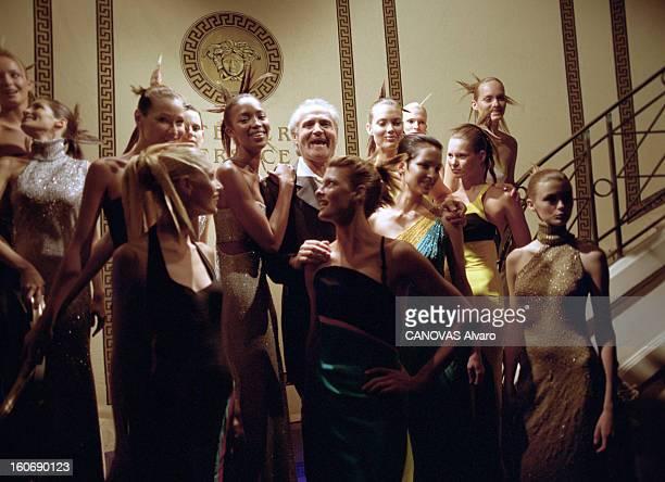 Collection Couture Fallwinter 19961997 Of Gianni Versace A Paris en juillet 1996 Lors de la présentation de la collection HauteCouture AutomneHiver...