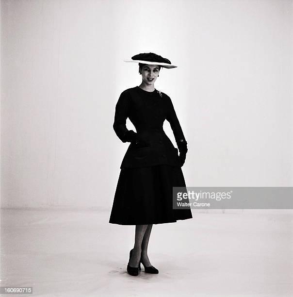 Collection Couture Springsummer 1954 Christian Dior Collection haute couture PrintempsEté 1954 de Christian DIOR photo studio plan de face du...