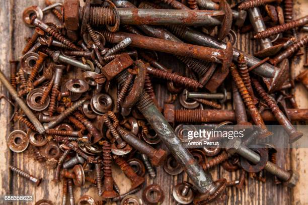 collection of bolts and nuts of different sizes - enferrujado - fotografias e filmes do acervo