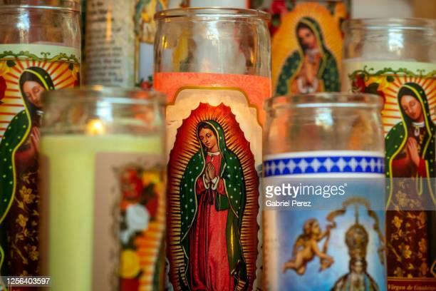 a collection of catholic prayer candles -  キリスト教 伝来の地  ストックフォトと画像