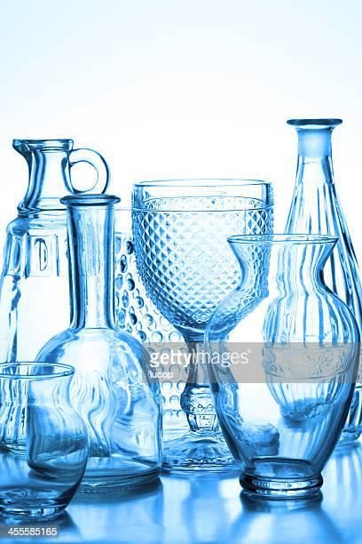 コレクションのガラスの花瓶バックライト、ブルーの色合いです。