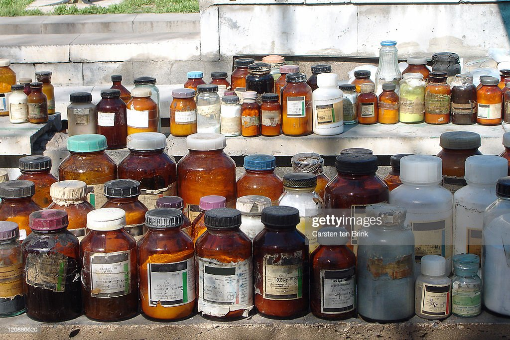Collection of old chemical bottles in  market : Foto de stock