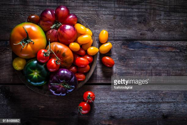 Colección de variedades de tomate de mesa de madera rústica