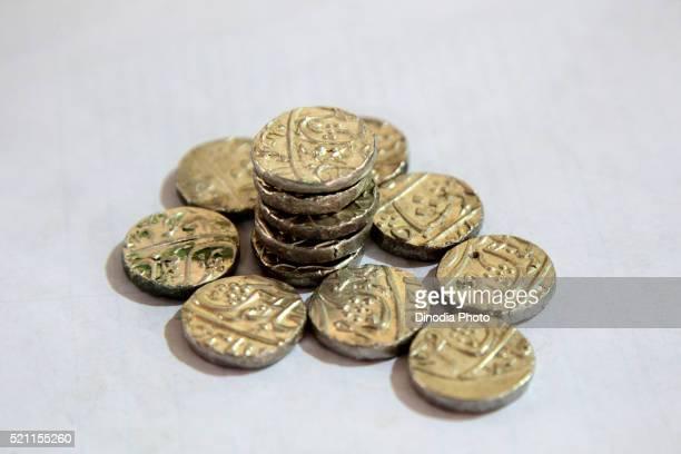 collection of various antique mughal era coins, goa, india, asia - ムーガル帝国 ストックフォトと画像