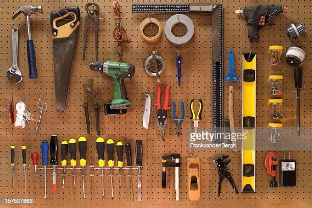 Sammlung von Arbeit tools auf einer wall board