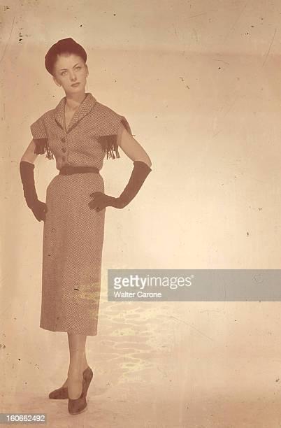 Collections Fall Winter 1950 Fashion Designers Of Paris. Portrait en studio d'un mannequin présentant pour BALENCIAGA, une robe en lainage avec des...