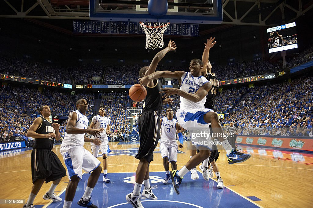 Kentucky Marquis Teague (25) in action, passing to Darius Miller (1) vs Vanderbilt at Rupp Arena. David E. Klutho F106 )