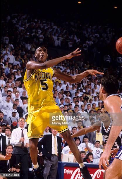 Michigan Jalen Rose in aciton, passing vs Duke at Crisler Arena. Ann Arbor, MI CREDIT: Manny Millan