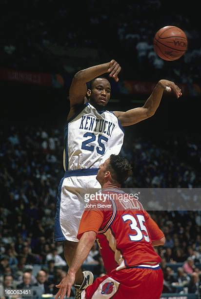 NCAA Final Four Kentucky Anthony Epps in action pass vs Syracuse Jason Cipolla at Brendan Byrne Arena East Rutherford NJ CREDIT John Biever