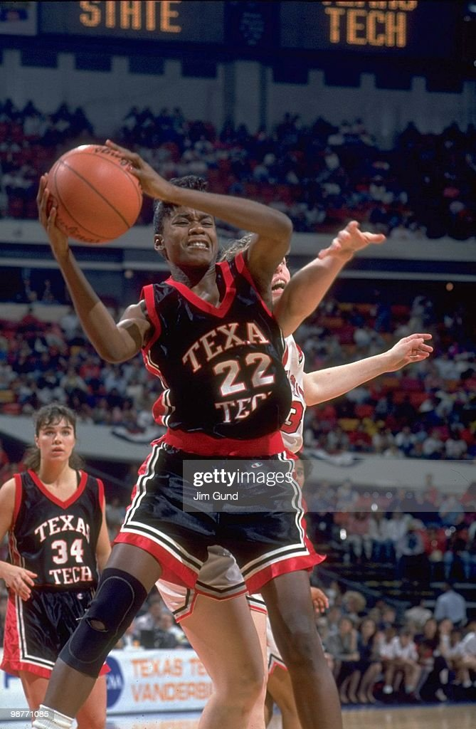 Texas Tech Sheryl Swoopes (22) in action vs Ohio State Katie Smith (30). Atlanta, GA 4/4/1993 Credit: Jim Gund