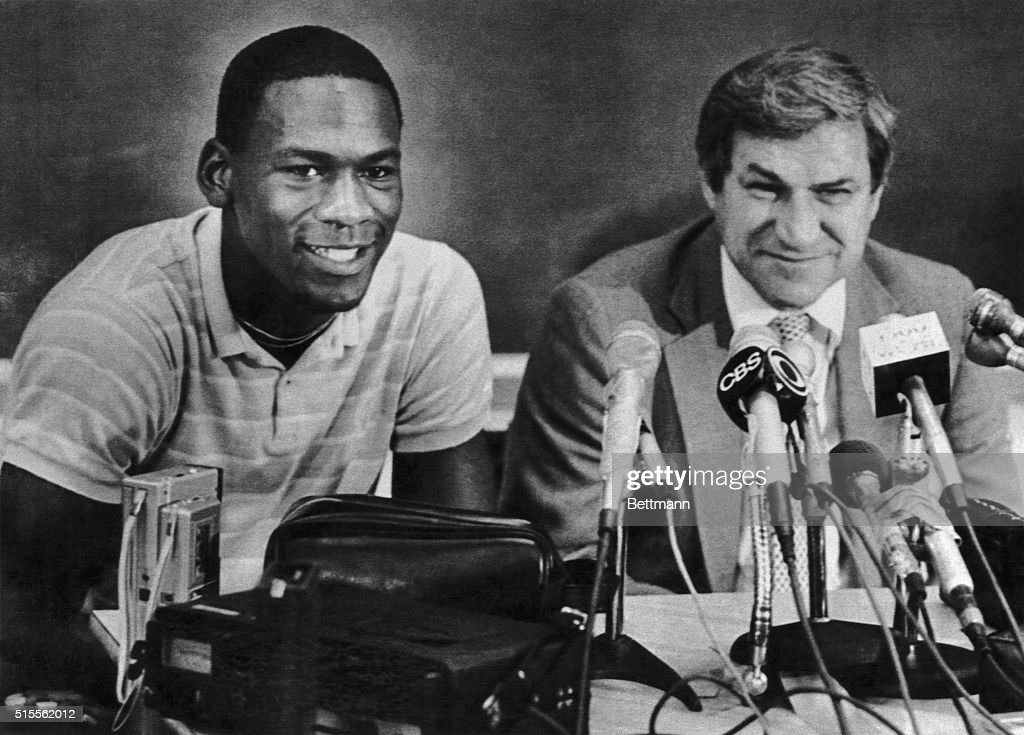 Michael Jordan and Coach Dean Smith at News Conference : ニュース写真