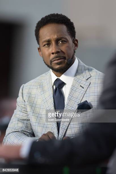 College GameDay analyst and Heisman Trophy winner Desmond Howard on set prior to a college football game between the Ohio State Buckeyes and the...