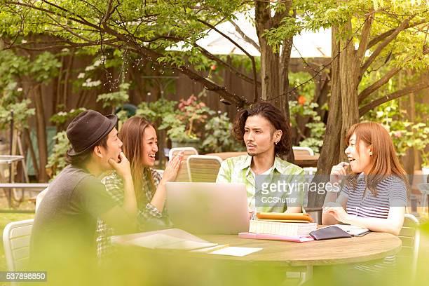 Collège groupe de à des amis qui étudient en plein air