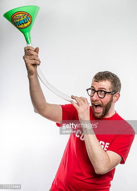 College tissée en Chemise rouge avec barbe verres de bière Bong