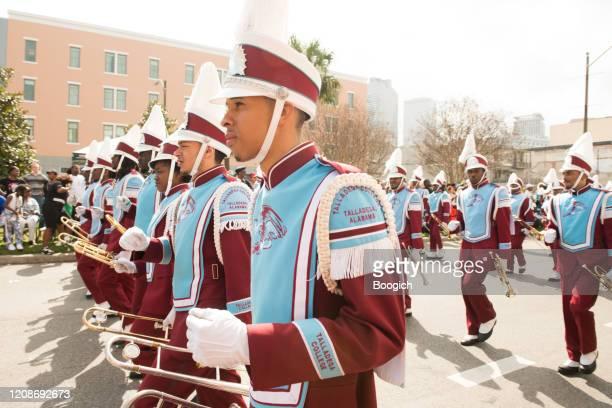 college marching band i mardi gras parade i new orleans louisiana - gras bildbanksfoton och bilder
