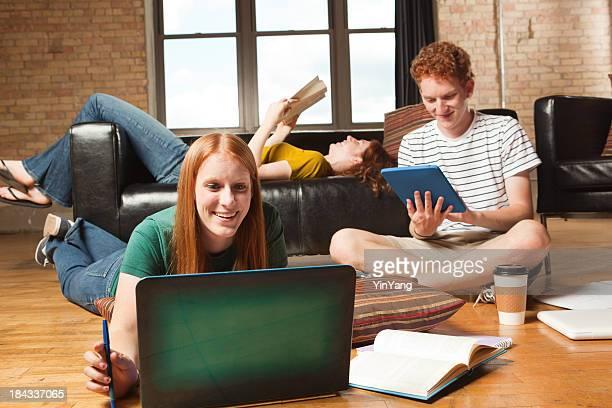 College Roomate Freunde arbeiten und studieren in Apartment Dorm