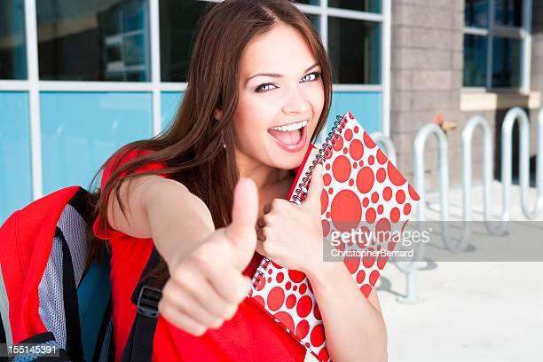 Étudiant en université donnant thumbs up