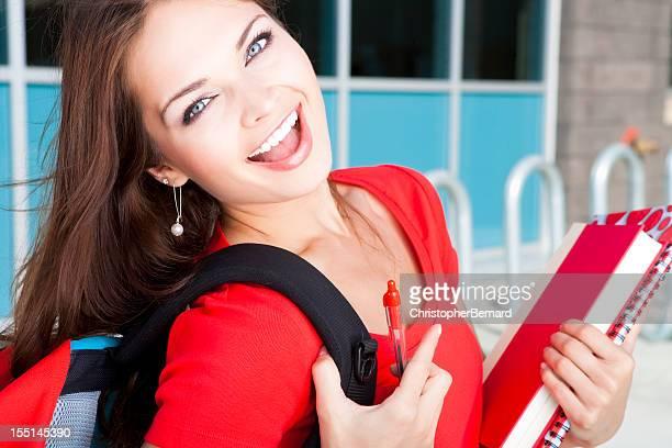College student agarrando su libros
