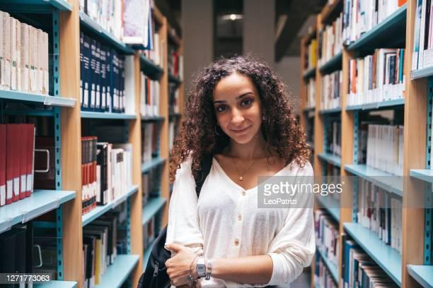college-studentenporträt - nordafrikanischer abstammung stock-fotos und bilder