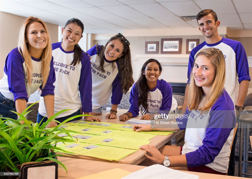 College student volunteers at orientation for new students : Foto stock