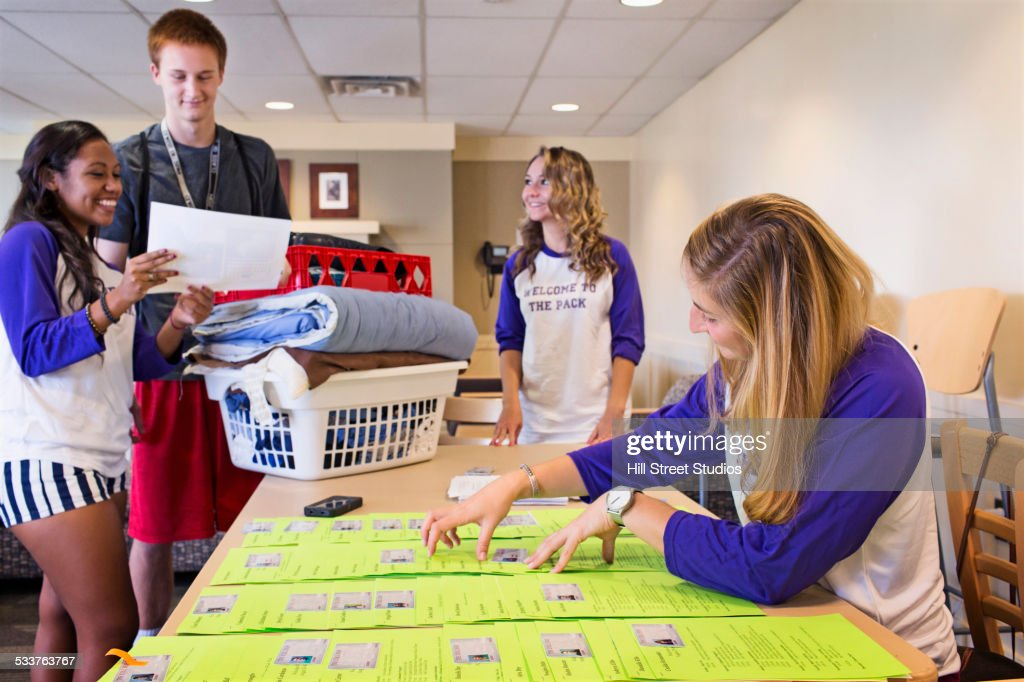 College student volunteers working at orientation for new students : Foto stock