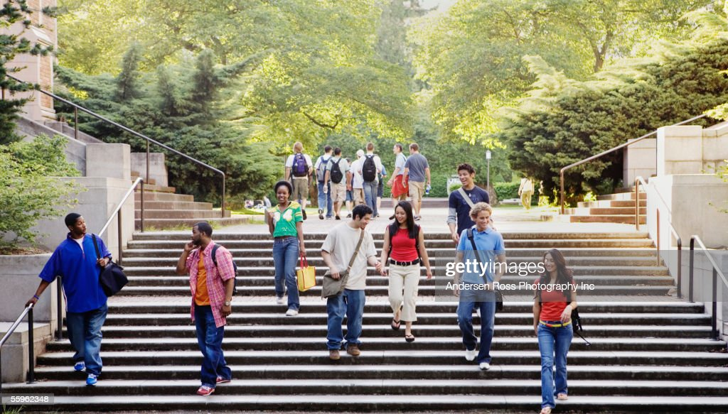 College students descending stairs : Foto de stock