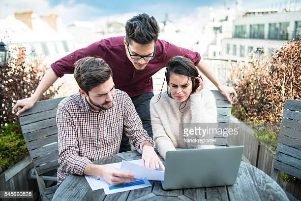 Étudiants font des devoirs ensemble sur le toit