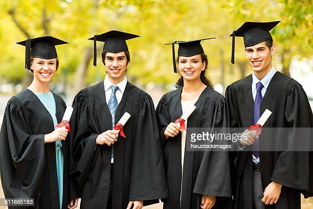 College-Studenten, die Zertifikate am Abschlusstag