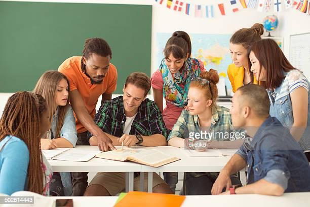 Estudiantes universitarios en un montaje tipo aula.