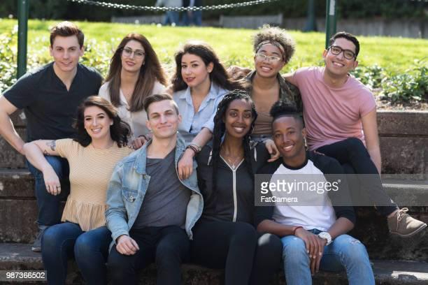 グループ写真の外の大学生 - イラン人 ストックフォトと画像