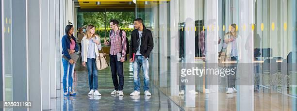 College-Studenten sprechen im Korridor