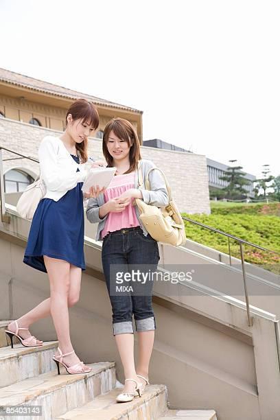 college students talking - estudante universitária - fotografias e filmes do acervo