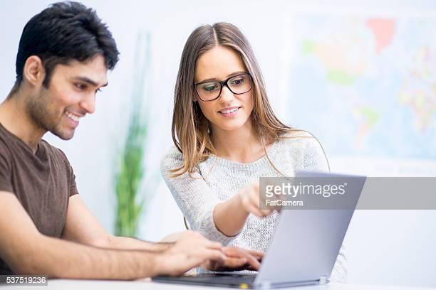 College-Studenten arbeiten mit einem Papier