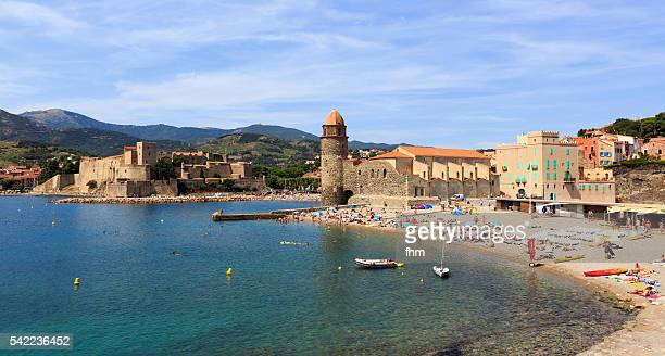 collioure - famous historic village in south of france with beach - collioure photos et images de collection