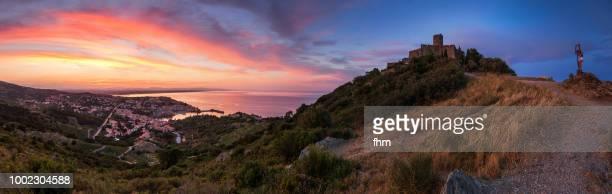 collioure panorama at sunset (languedoc-roussillon) - collioure photos et images de collection