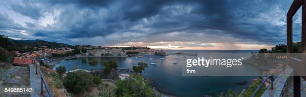 collioure panorama at sunset with overcasted sky - famous historic village in south of france (languedoc-roussillon) - collioure photos et images de collection