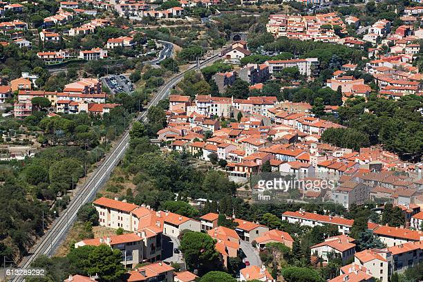 collioure - town with railway line in south of france with beach - collioure photos et images de collection