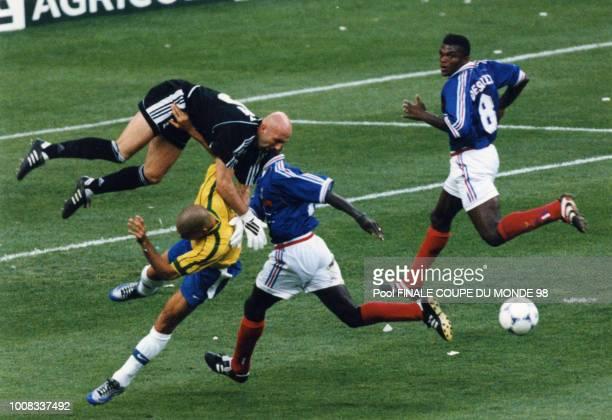 Collision entre Barthez et le brésilien Ronaldo sous les yeux de Desailly lors du match final opposant la France au Brésil le 12 juillet 1998 Saint...