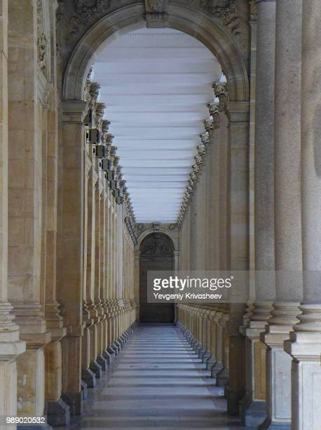 collonade - colonnade stock pictures, royalty-free photos & images