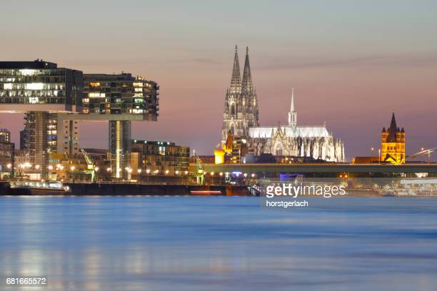cologne cathedral and crane buildings, cologne, germany - nacht stock pictures, royalty-free photos & images